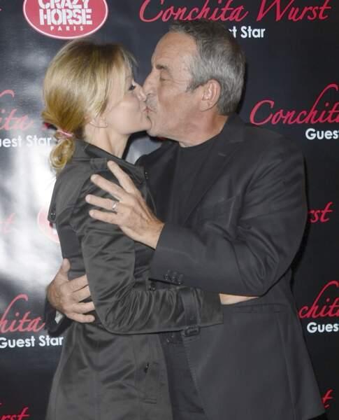 Thierry Ardisson et Audrey Crespo-Mara s'échangent un baiser sur le tapis rouge du Crazy Horse à Paris (2014)