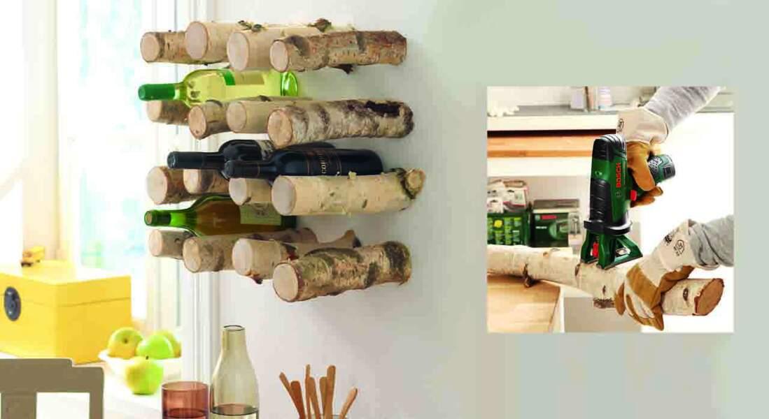 Déco en bois : un porte-bouteille avec des buches