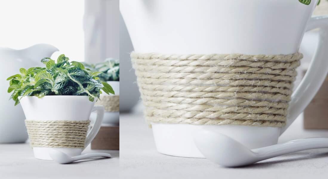 Un vase en mug décoré avec de la corde