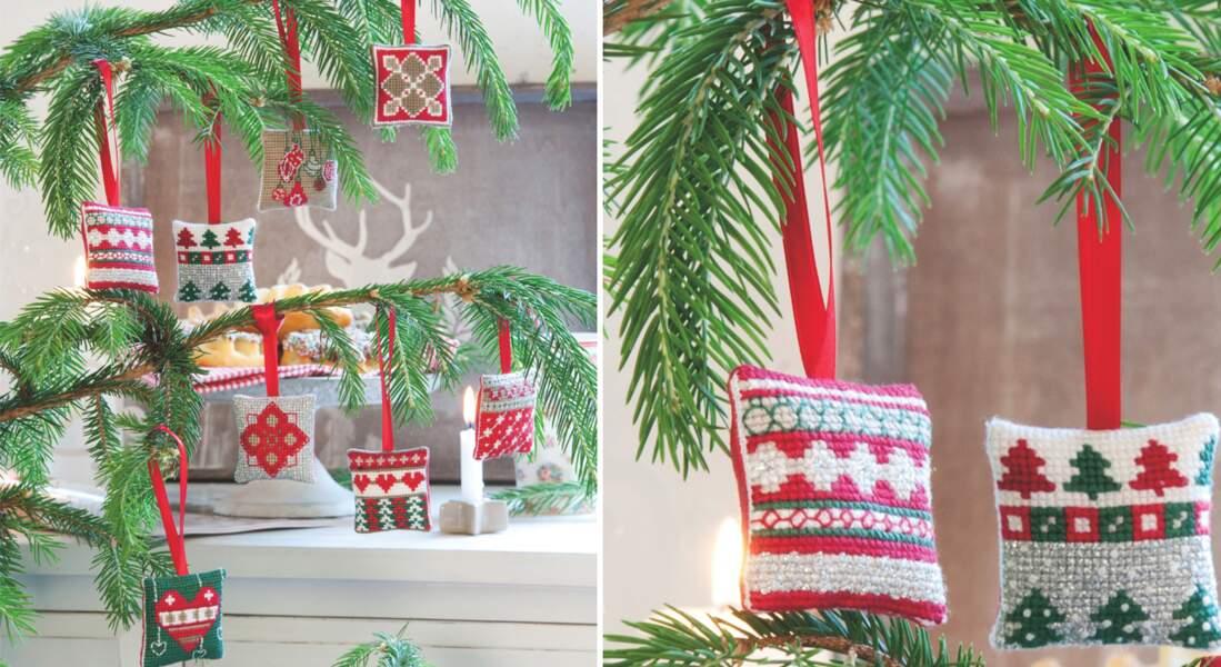 Grilles de broderie de Noël : les mini-coussins brodés