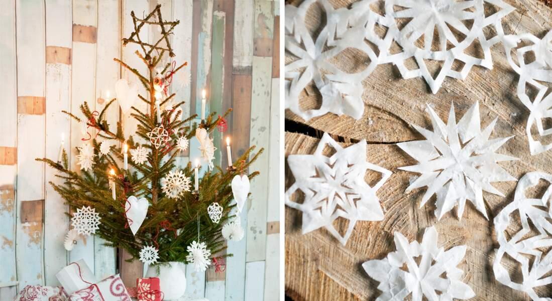 Sapin de Noël décoré en papiers découpés