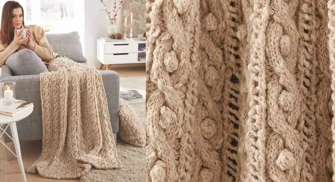 Le plaid tricoté en torsades beige