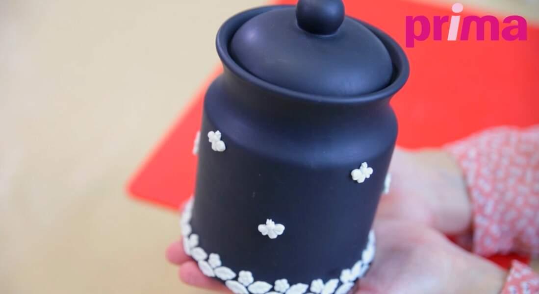 Porcelaine froide : customiser un vase façon wedgwood