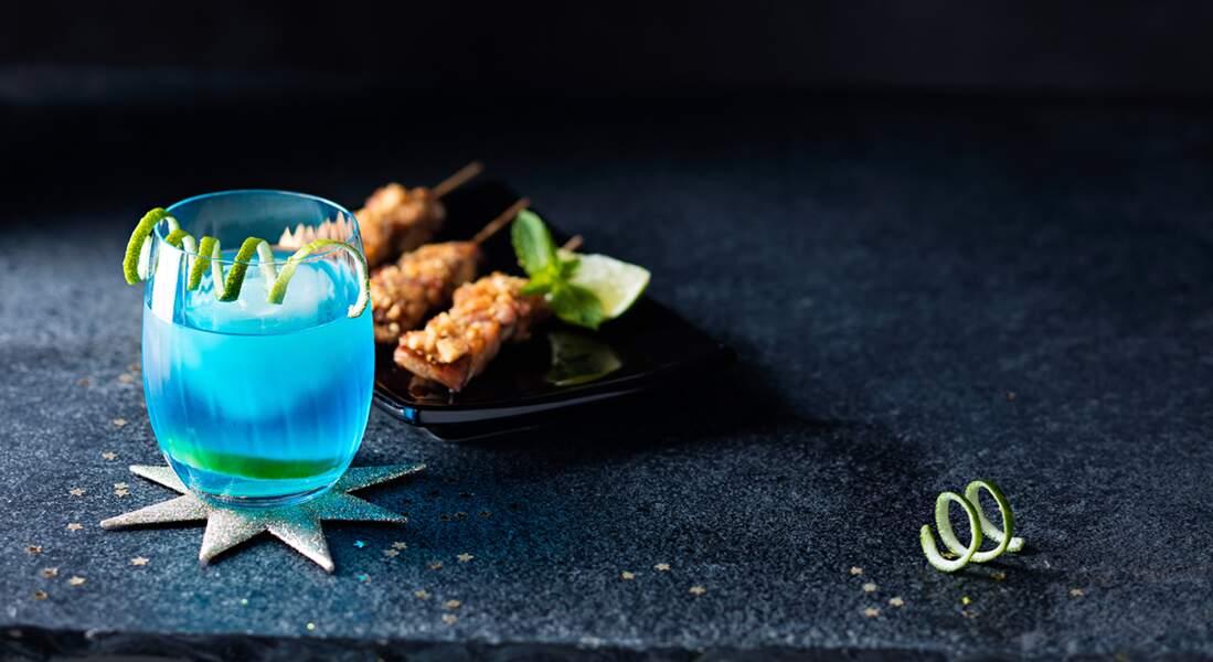 Brochettes de poulet et cocktail Blue Bird