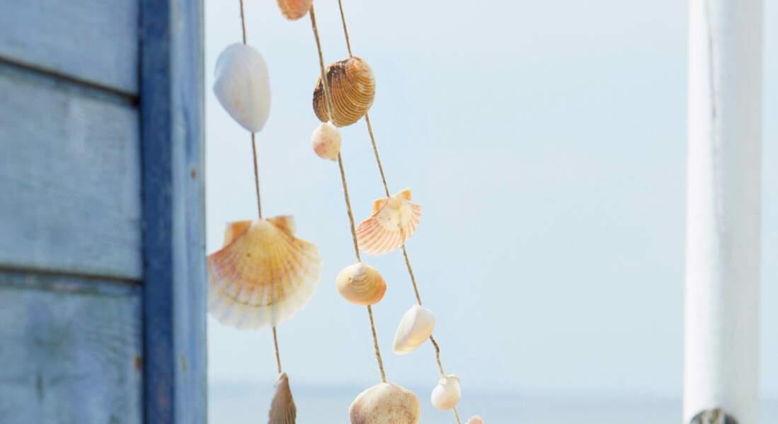 Une guirlande avec des coquillages