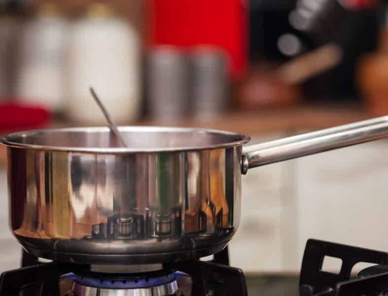 Vidéo : comment récupérer une casserole brûlée ?