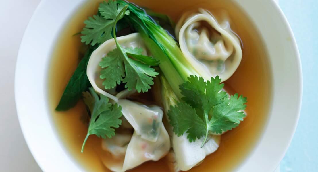 Bouillon de chou chinois et raviolis aux légumes