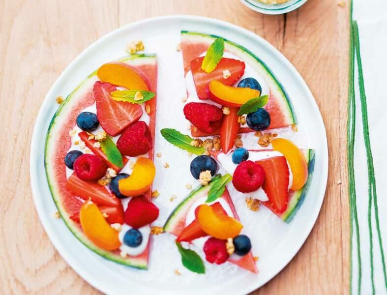 Pizza pastèque aux fruits, yaourt et granola