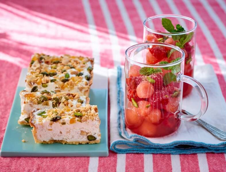 Tarte au nougat glacé, verrines de framboises et billes de pastèque