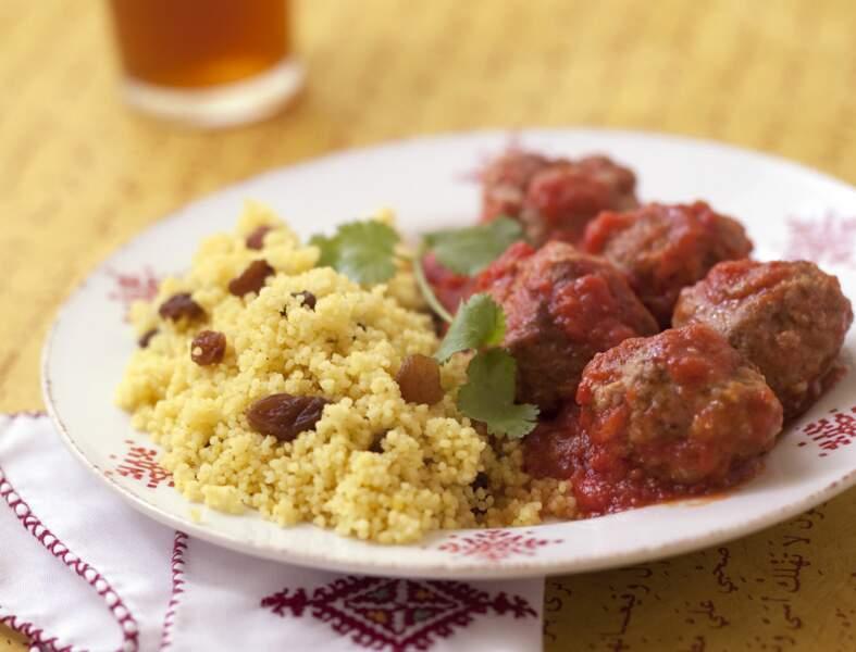 Keftas d'agneau à la tomate, semoule aux raisins secs