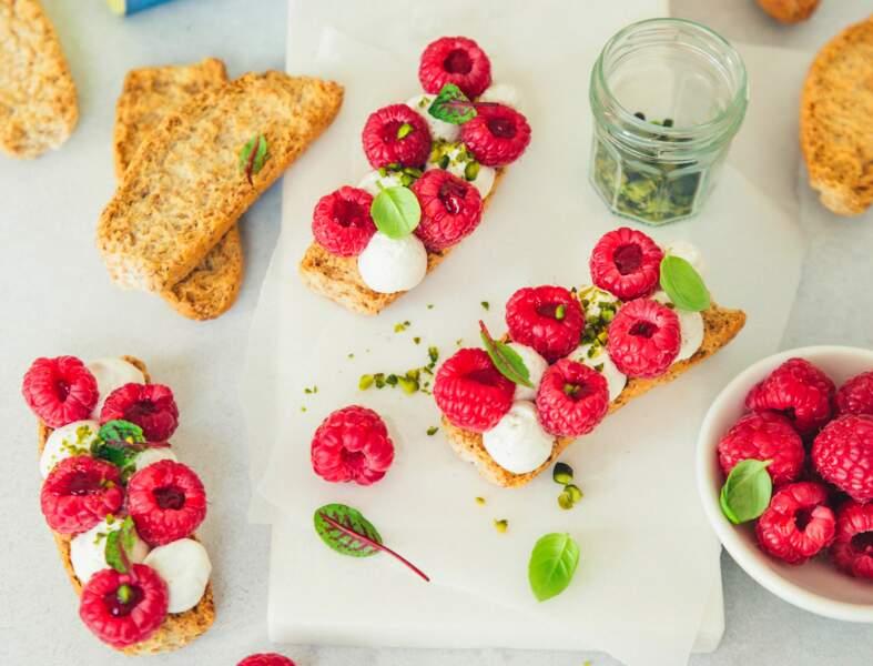 Tartines aux framboises, fromage frais et pistaches