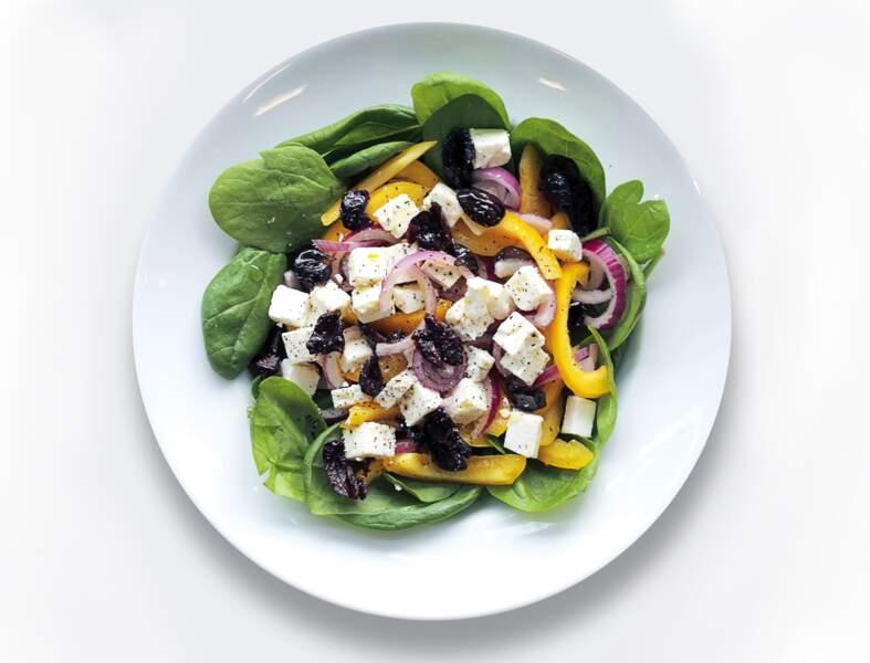 Salade feta, poivron jaune, épinards et olives noires