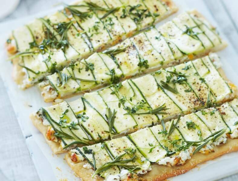 Pizza aux courgettes et feta aux herbes