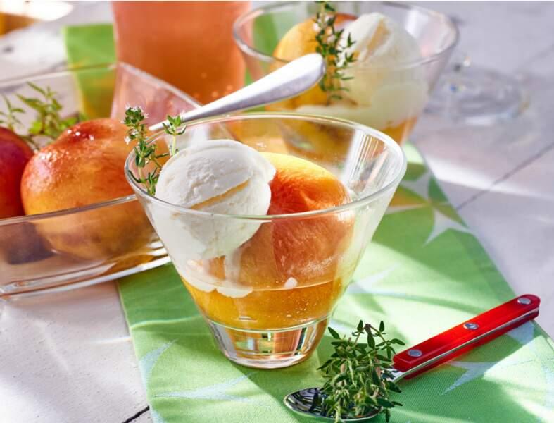 Pêches jaunes rôties au miel et au thym, glace facile au yaourt