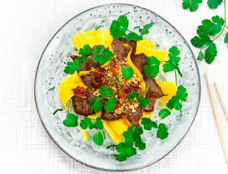 Salade de bœuf, vermicelles et mangues