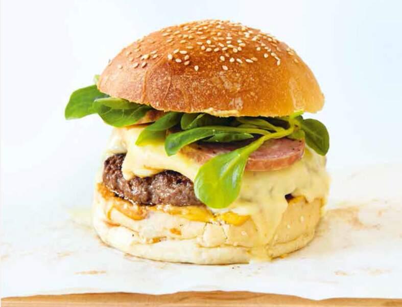 Burger au Mont d'or et saucisson prêt en 10 minutes