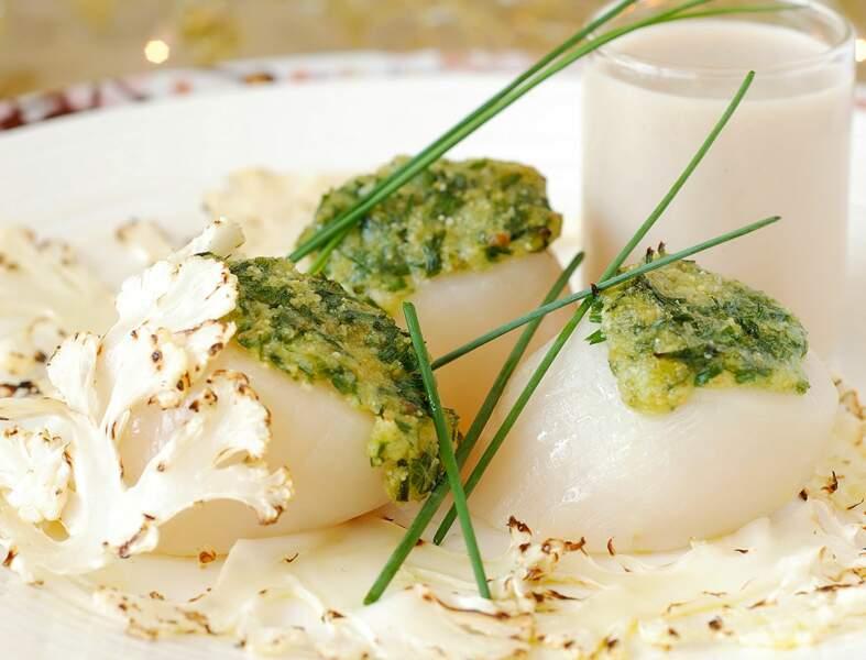 Noix de Saint-Jacques en croûte de parmesan et velouté de crevettes grises