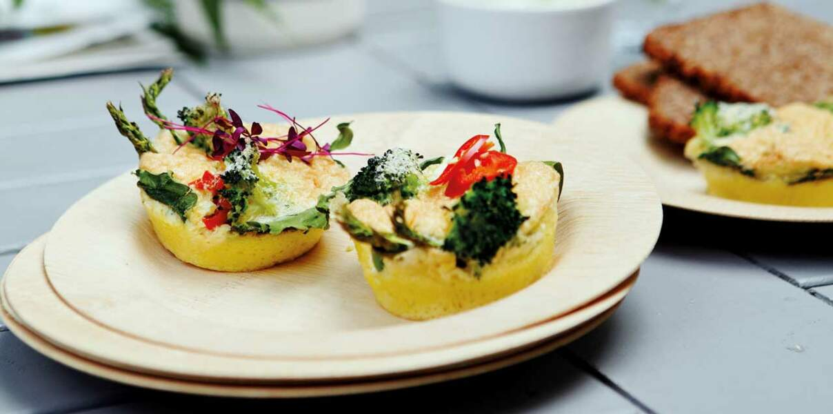 Mini frittatas aux asperges, brocoli, poivron et feta