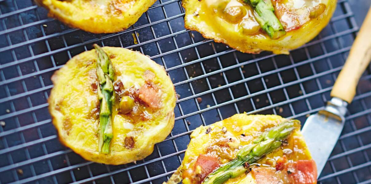 Petites omelettes plates aux asperges et au lard fumé