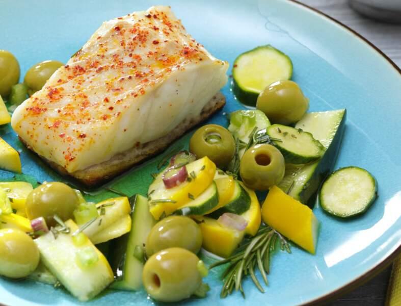 Pavé de cabillaud en croûte de pain, courgettes marinées au romarin et olives vertes