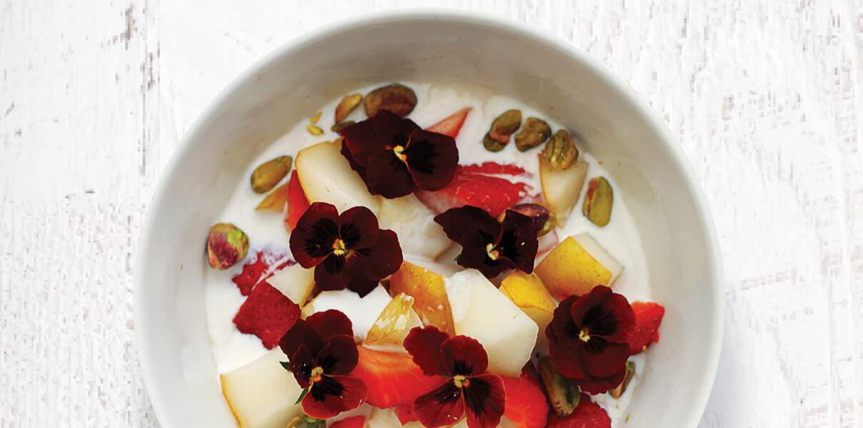 Bol vitaminé : Fraises, poire, flocons d'avoine et pistaches
