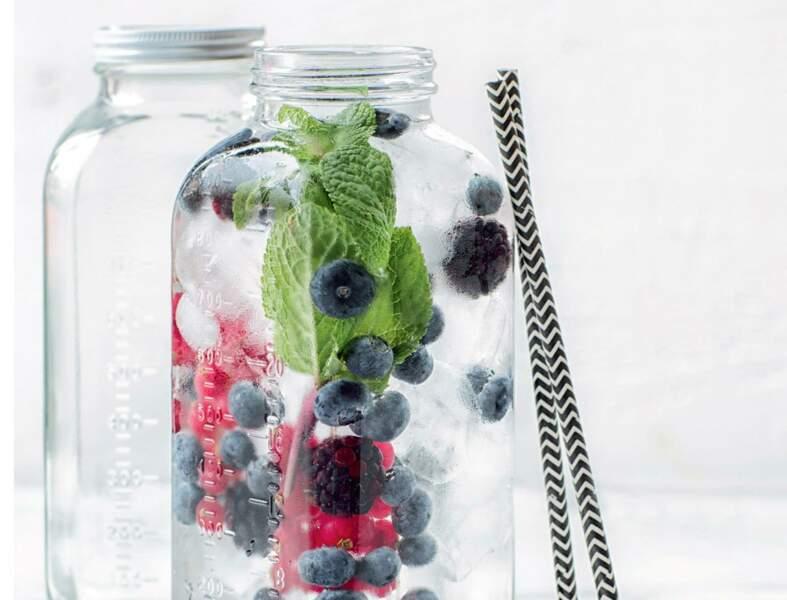 Eau détox fruits rouges menthe