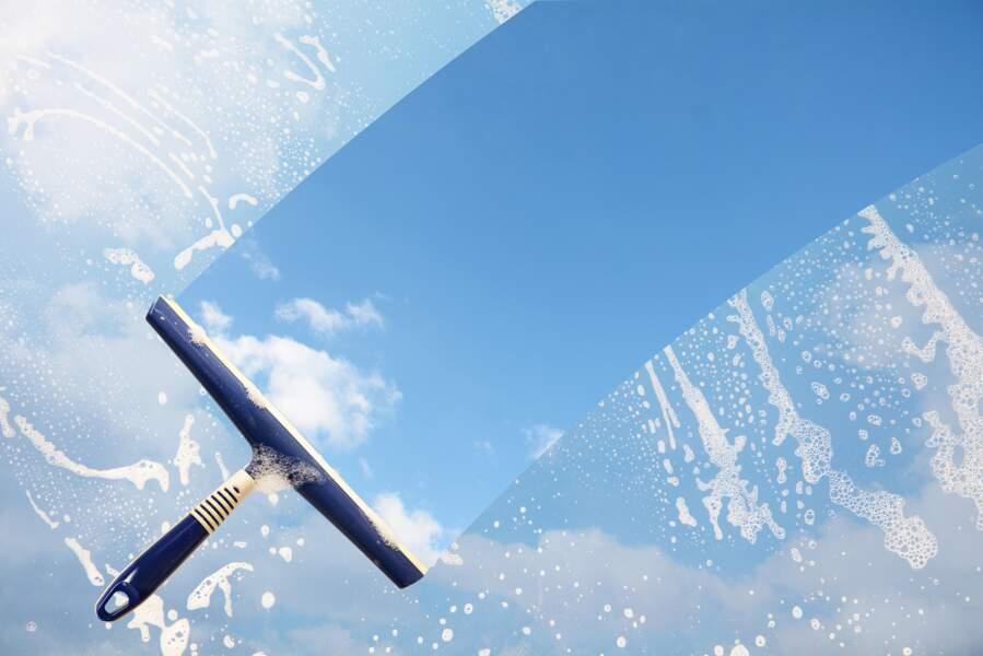 Comment nettoyer les vitres avec une raclette