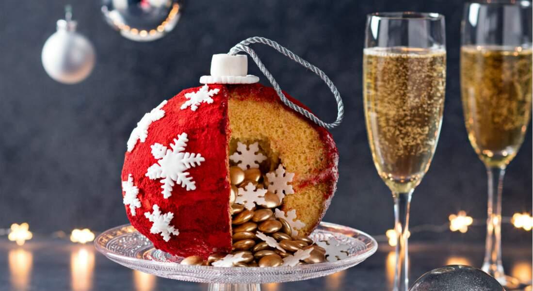 Gâteau en forme de boule de Noël façon pinata