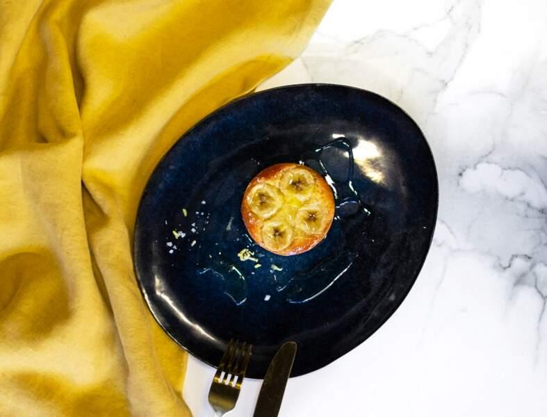 Tarte à la banane confite au sirop d'agave et fleur de sel, râpé d'écorces de citron