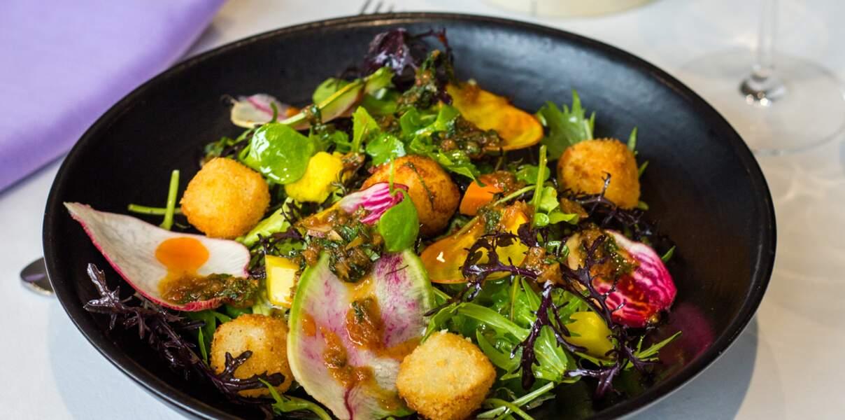 Salade gourmande, cromesquis de camembert, sauce saté et menthe