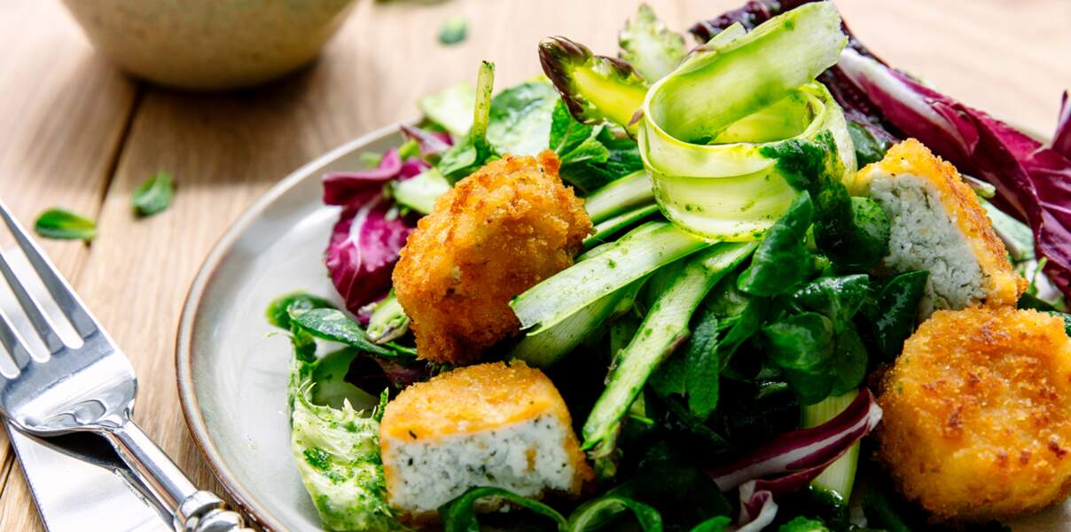 Salade de printemps aux asperges et chèvres panés