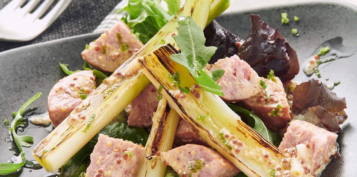 Poireaux grillés, saucisse de Morteau et vinaigrette à la moutarde de Bourgogne