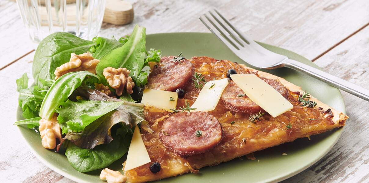 Tarte fine de saucisse de Morteau, oignons confits et comté
