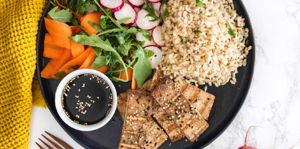 Riz complet, tofu fumé et crudités de saison