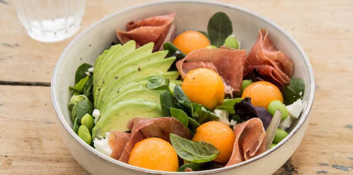 Salade de melon, feta, avocat, edamame et jambon cru