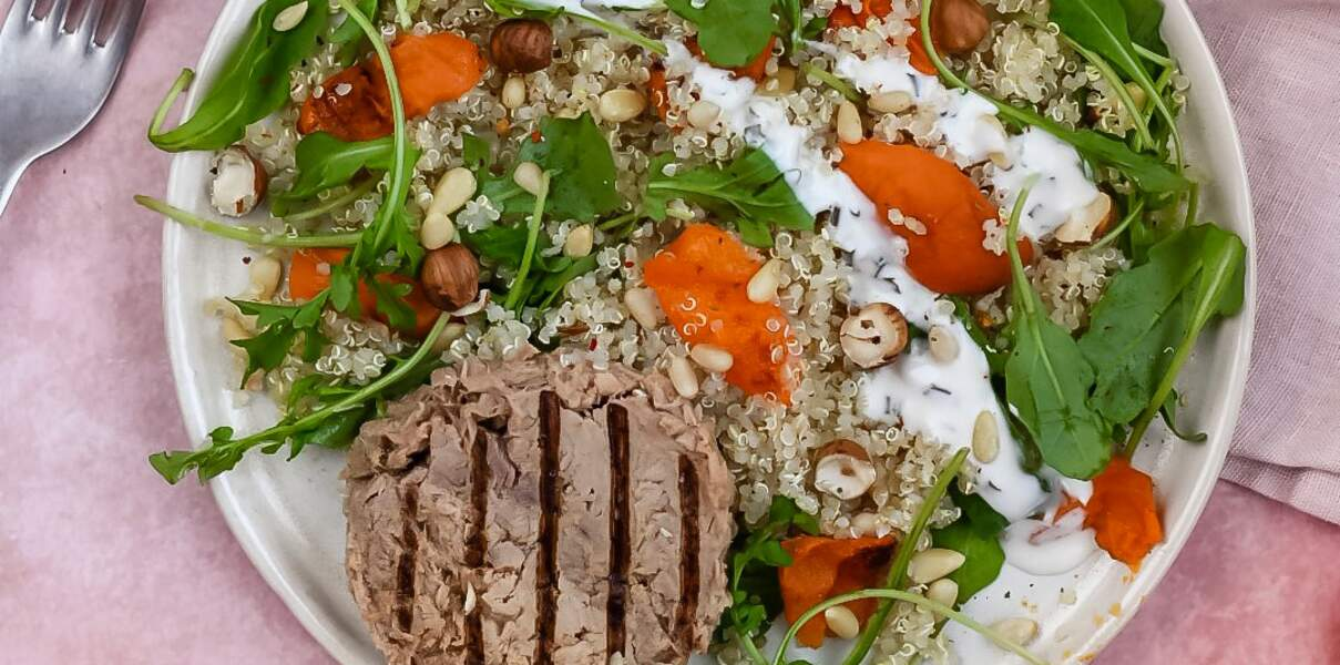 Salade de quinoa, abricots rôtis, roquette et thon