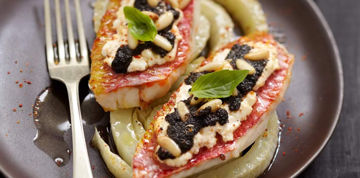 Rouget au palet de chèvre frais, olives noires, pignons de pin et fenouil braisé