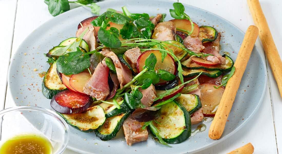Salade de thon, prunes et courgette