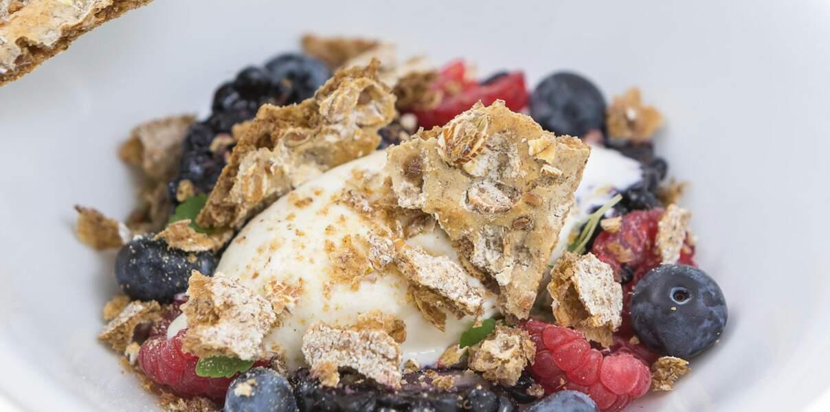 Crème au yaourt, fruits rouges et crumble de Wasa