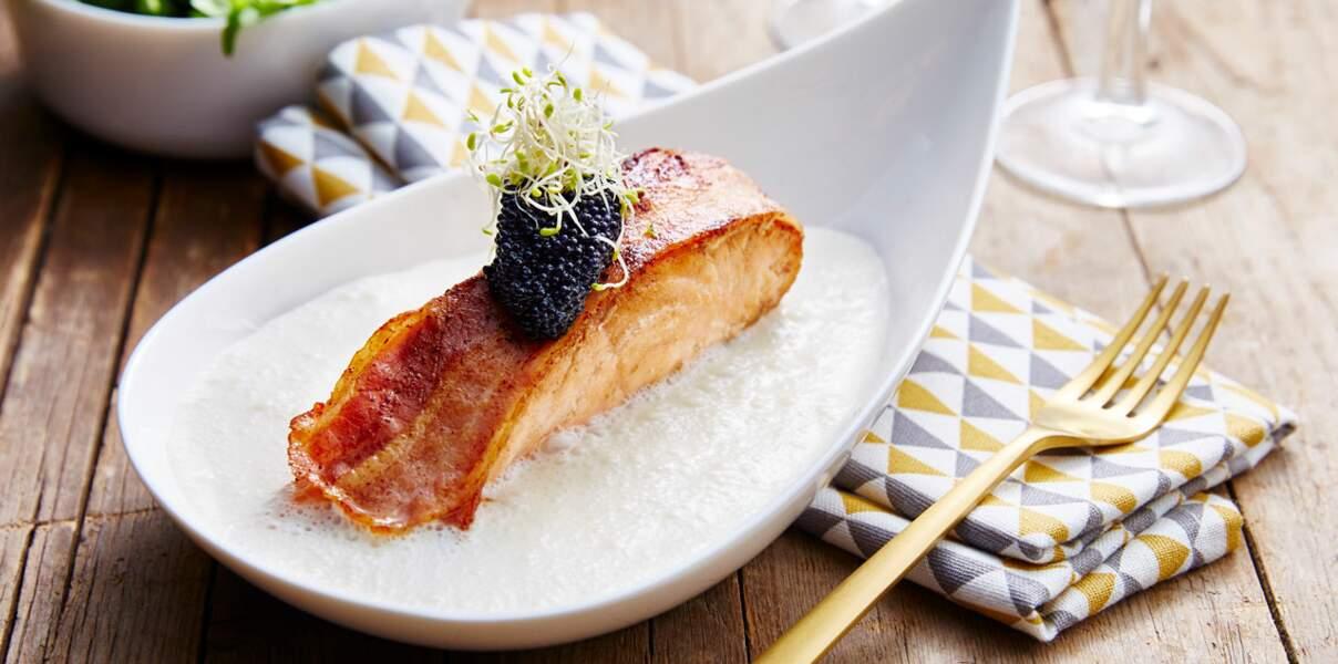 Pavé de saumon lardé, sauce au raifort