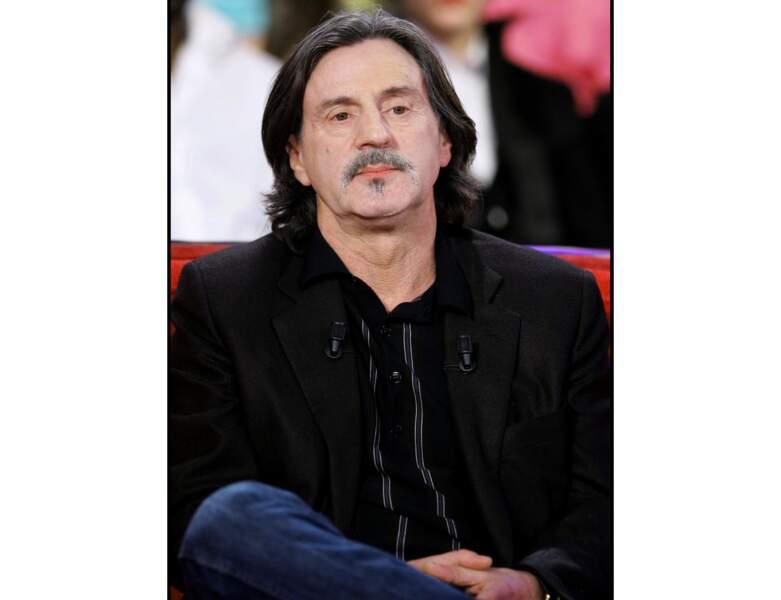 Il participe à l'émission Vivement Dimanche et adopte les cheveux longs