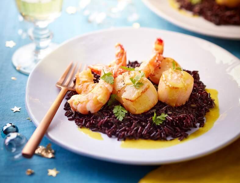 Saint-jacques et gambas au riz noir, beurre blanc au curry