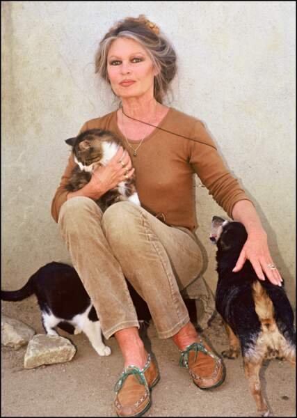 Brigitte Bardot en visite à la SPA en 1991