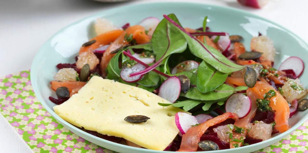 Salade fraîcheur de printemps avec radis, mesclun, pomelo, truite fumée et tomme de Savoie