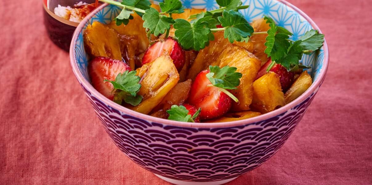 Ananas, fraises au caramel de soja