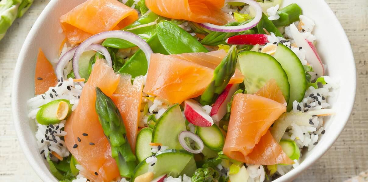 Salade de riz au saumon fumé et petits légumes printaniers