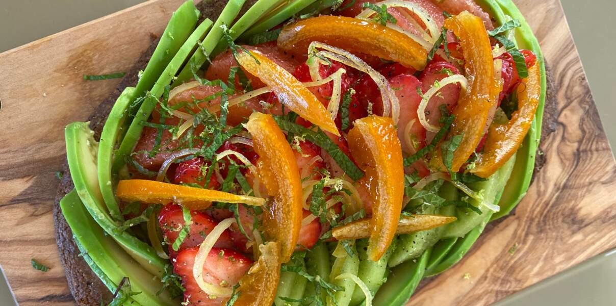 Toast d'avocat sucré, garni de fraises, pomelos, bananes, oranges et citrons de Corse confits