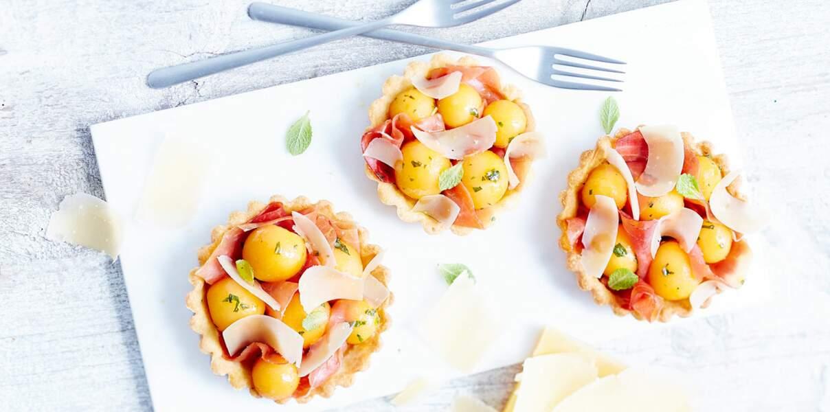 Tartelettes d'été Sbrinz AOP aux melon, jambon Serrano et à la vinaigrette d'orange