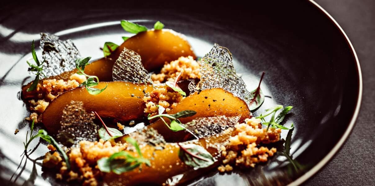 Poires pochées au miel de printemps et épices, crumble citronné