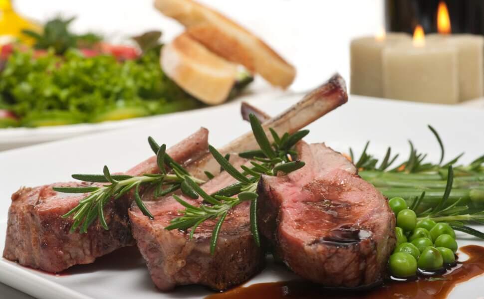 """""""Tous en cuisine"""" : la recette des côtelettes d'agneau chimichurri et petits pois de Cyril Lignac"""